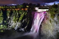Montmorency verlichtte kleurrijke watervallen van bodem het kijken Stock Foto's