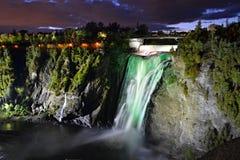 Montmorency verlichtte kleurrijke watervallen van bodem het kijken Stock Afbeelding