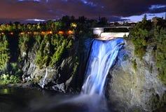 Montmorency verlichtte kleurrijke watervallen van bodem het kijken Royalty-vrije Stock Foto