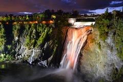 Montmorency verlichtte kleurrijke watervallen van bodem het kijken Royalty-vrije Stock Afbeeldingen
