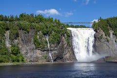 Montmorency-Wasserfall auf dem Hintergrund des blauen Himmels Lizenzfreie Stockbilder