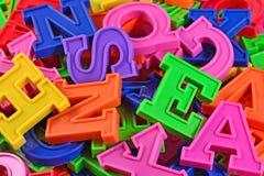 Montón de ascendente cercano coloreada plástico de las letras del alfabeto Imagen de archivo libre de regalías
