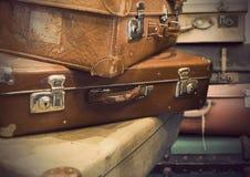 Montón de las maletas del vintage Imágenes de archivo libres de regalías