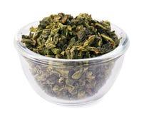 Montón verde del té de la hoja en tazón de fuente de cristal transparente Imagen de archivo libre de regalías