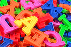Montão de ascendente próximo colorido plástico das letras do alfabeto Foto de Stock Royalty Free