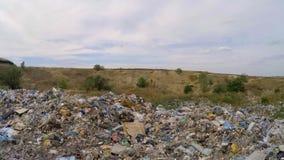 Montones de la basura nacional en el vertido en Ucrania almacen de metraje de vídeo