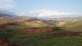 Montones de la suciedad y colinas montañosas metrajes
