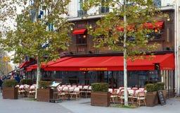 Montparnass是蒙巴纳斯大道的一个典型的巴黎人咖啡馆位于巴黎,法国 免版税库存照片