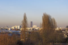Montparnasse-Turm im Smog - Paris - Frankreich lizenzfreie stockfotografie