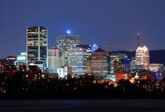 Montréal au-dessus de rivière au crépuscule Image libre de droits