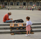 MONTRÉAL, CANADA - 20 AOÛT 2014 : Fille regardant le decorationsf fait maison le bâti royal images libres de droits