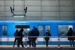 MONTRÉAL, CANADA - 29 DÉCEMBRE 2016 : Les gens attendant une métro en station de Lionel Groulx Image libre de droits