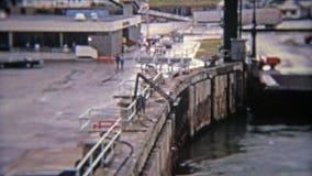 MONTRÉAL, CANADA 1974 : Récipients d'expédition industriels de port maritime de vue d'oeil d'oiseaux illustration de vecteur