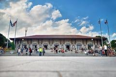 Montréal, Québec, Canada le 1er septembre 2018 : Les touristes s'asseyent sur les étapes, appréciant un jour d'été chaud dans le  image stock