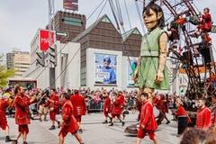 Montréal, Québec, Canada - 21 mai 2017 : Les les géants Geants de marionnette de petite fille et lilliputians de Royal de Luxe Photo libre de droits