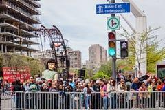 Montréal, Québec, Canada - 21 mai 2017 : Marionnette géante de petite fille de sommeil et la foule Photos libres de droits