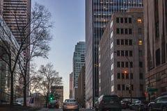 Montréal, Québec, Canada - 11 mars 2016 : Soirée dans la ville du centre de Montréal, coucher du soleil tôt Photos libres de droits
