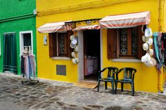 Montra colorida em Burano, Itália com chapéus e scarves imagem de stock royalty free