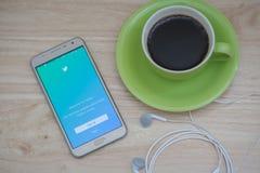 Montrant à login de Twitter l'application mobile sur l'écran, le Twitter est une mise en réseau sociale en ligne et un service mi Photos stock