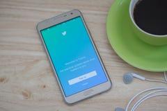 Montrant à login de Twitter l'application mobile sur l'écran, le Twitter est une mise en réseau sociale en ligne et un service mi Image libre de droits