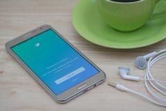 Montrant à login de Twitter l'application mobile sur l'écran, le Twitter est une mise en réseau sociale en ligne et un service mi Photographie stock libre de droits