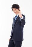 Montrant à pouce le jeune homme asiatique d'affaires. Photo stock