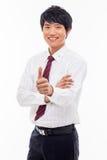 Montrant à pouce le jeune homme asiatique d'affaires. Image stock