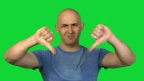 Montrant à pouces l'homme chauve sur le fond vert clips vidéos