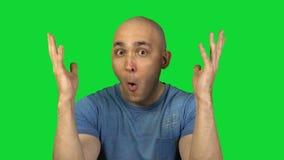 Montrant à tour l'homme chauve sur le fond vert banque de vidéos