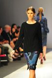 Montrare di modello progetta da Erdem ad Audi Fashion Festival 2011 Fotografia Stock