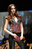 Montrare di modello progetta da Swarovski con il regno di tema dei gioielli ad Audi Fashion Festival 2012 Fotografia Stock Libera da Diritti