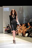 Montrare di modello progetta da Swarovski con il regno di tema dei gioielli ad Audi Fashion Festival 2012 Fotografie Stock Libere da Diritti