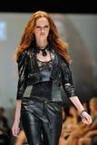 Montrare di modello progetta da Swarovski con il regno di tema dei gioielli ad Audi Fashion Festival 2012 Immagine Stock