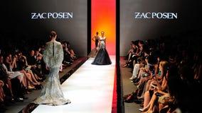 Montrare di modello progetta da Zac Posen ad Audi Fashion Festival 2012 fotografia stock