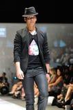 Montrare di modello progetta il 18 maggio 2012 da Swarovski con il regno di tema dei gioielli ad Audi Fashion Festival 2012 Immagine Stock