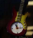 Montre élégante attachée avec la photographie de fond de guitare Photo stock
