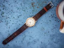 Or/montre argentée de cru avec le bracelet en cuir brun photo stock