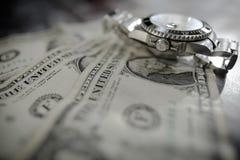 Montre automatique manufacturée iconique et suisse de plongée du ` s d'hommes vue sur les billets d'un dollar utilisés images stock