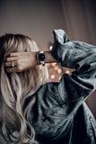 Montre blanche très élégante sur la main de femme Photo stock