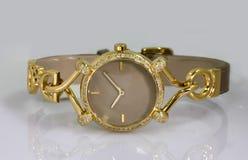 Montre-bracelet élégante d'or photographie stock libre de droits