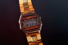 Montre-bracelet électronique démodée sur le fond noir toned Images stock