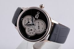 Montre-bracelet argentée avec le cadran blanc, dans le sens horaire noir, le chronomètre et le chronographe sur le bracelet en cu images libres de droits