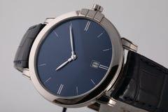 Montre-bracelet argentée avec le cadran bleu, dans le sens horaire argenté, chronographe sur le bracelet en cuir noir sur le fond photos libres de droits