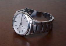 Montre-bracelet argentée en métal sur le dessus de table Photo libre de droits
