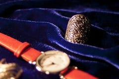 Montre-bracelet classique de femme de plan rapproché avec le bracelet en cuir Photo stock