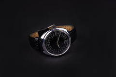 Montre-bracelet classique pour l'homme sur le fond noir Images libres de droits
