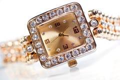 Montre-bracelet d'or avec des gemmes Photo stock