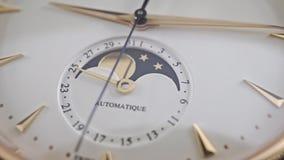 Montre-bracelet d'or chère avec l'indicateur lunaire de phase, macro vidéo de chariot banque de vidéos