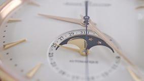 Montre-bracelet d'or de luxe avec la phase de l'indicateur de lune Macro tir de chariot clips vidéos