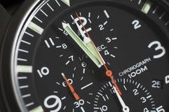Montre-bracelet noire de chronographe de menâs de cadran Photo stock